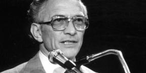 Robert Noyce speaking at a podium